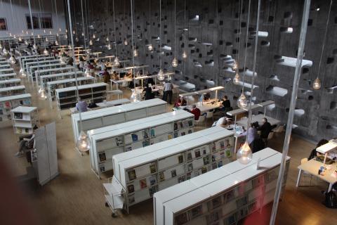 Lectores en una biblioteca