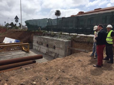 Eloy Santana en las obras del edificio de usos múltiples