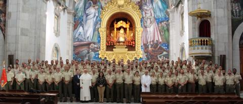 Militares con la Virgen de Candelaria