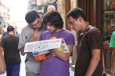 Turistas consultando un mapa