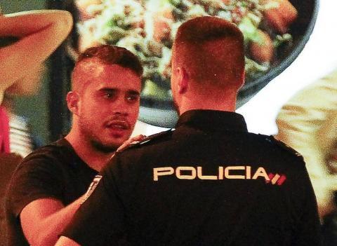 José Fernando con un Policía