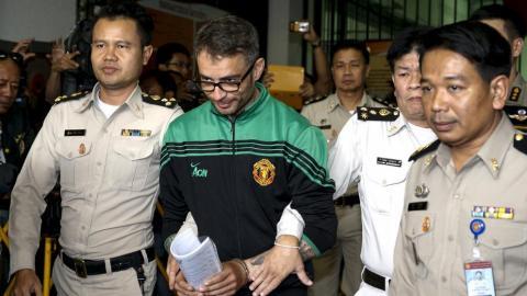 Arthur Segarra con la policía de Bangkok
