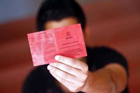 Una persona mostrando su documento de asilo
