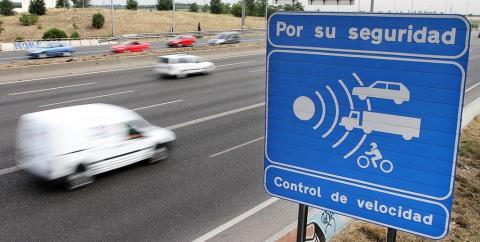 Carretera con cartel de control de velocidad