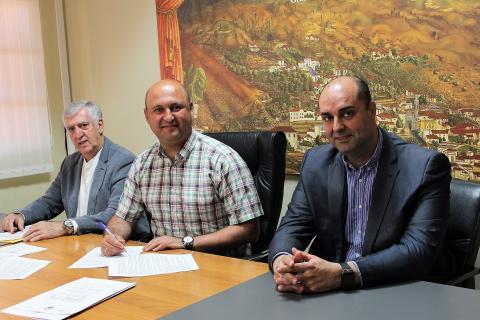 Rúbrica del convenio entre los responsables municipales y la empresa Selecatar