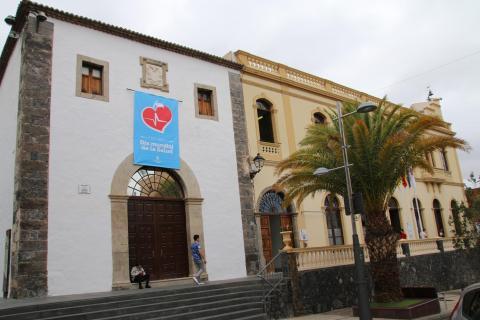 Fachada del Ayuntamiento de Adeje con cartel del Día Mundial de la Salud