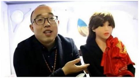Ingeniero chino y su robot