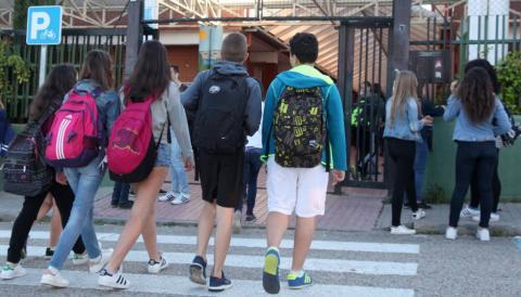 Jóvenes entrando a un instituto