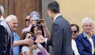 Felipe VI saludando a los ciudadanos