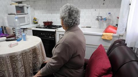Mujer mayor viviendo sola