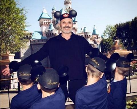 Miguel Bosé y sus hijos en Disneyland