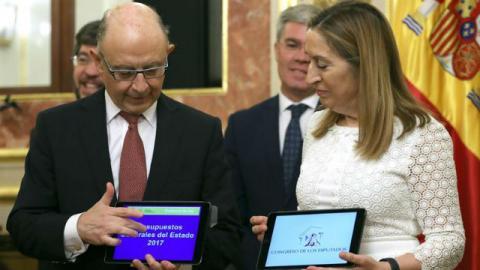 Cristóbal Montoro entrega los Presupuestos Generales del Estado 2017 a Ana Pastor