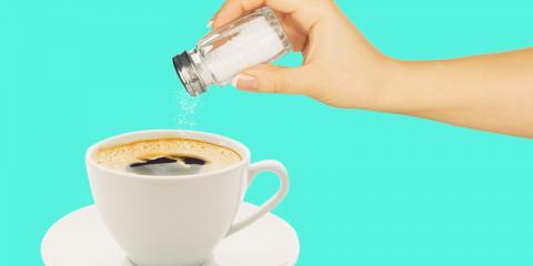 Añadiendo sal al café