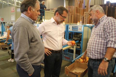 Marcial Morales en la fábrica de tomates de Tuineje