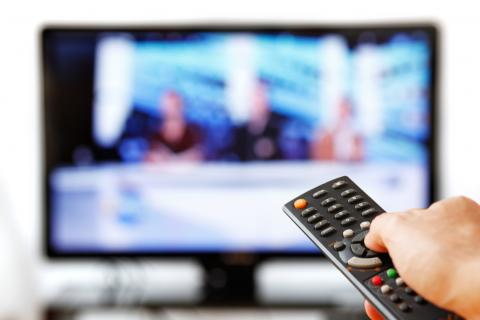 televisión con mando a distancia