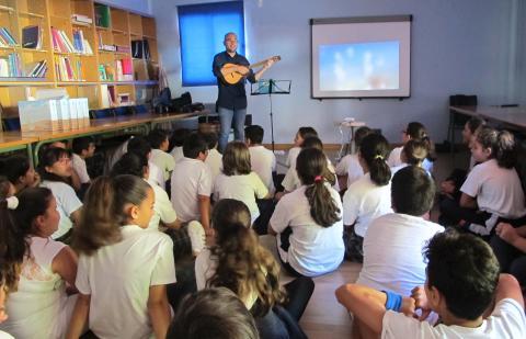 Alumnos escuchando música en un aula