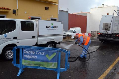 Operario de limpieza limpiando la calle en el barrio de la Gallega de Santa Cruz de Tenerife