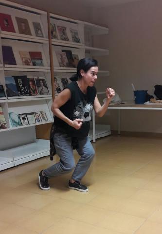 Una persona actuando en la Biblioteca de Añaza