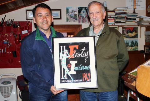 José Manuel Bermúdez y Juan Galarza con el primer cartel del Carnaval