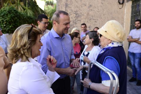 El alcalde de Las Palmas de Gran Canaria, Augusto Hidalgo con Inmaculada Medina en el barrio de las Chumberas