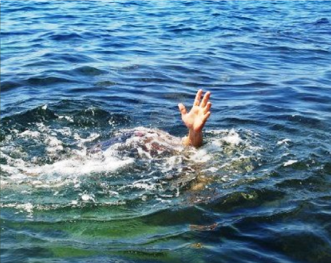 Una persona ahogándose