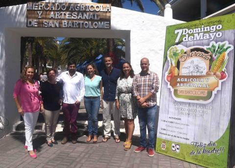 Alcaldesa de San Bartolomé, María Dolores Corujo y los concejales en el Mercado