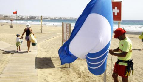 Bandera azul en una playa
