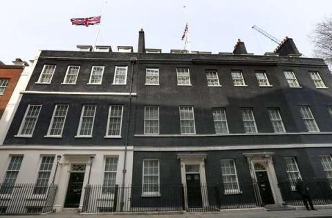 Bandera a media asta en Downing Street