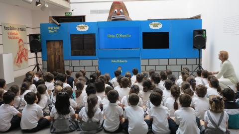 Niños viendo una función en la Casa Museo Pérez Galdós