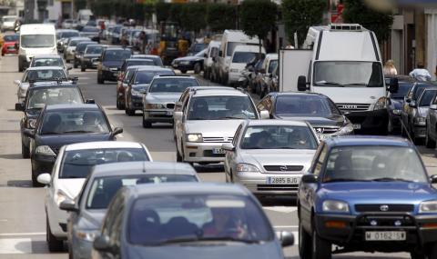 Caravana de coches en la carretera