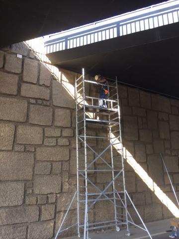 Un operario colocando las luminarias al un paso subterráneo en San Bartolomé de Tirajana