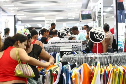 Personas comprando en un comercio