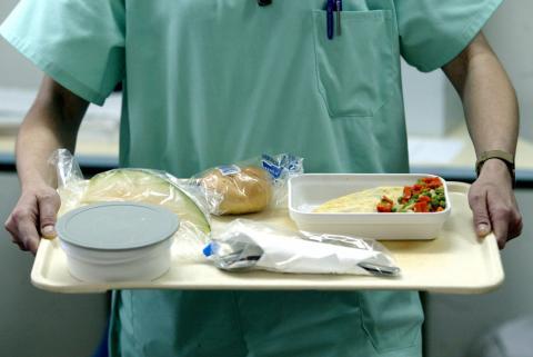 Bandeja con comida de hospital