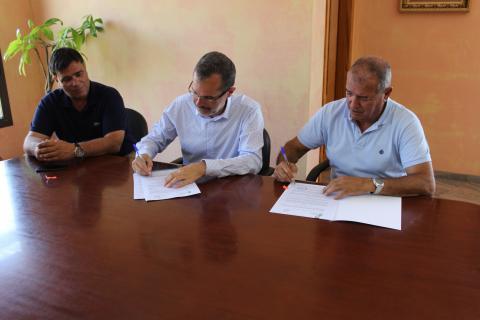 Marcial Morales firma del Convenio de la Feria Insular de Artesanía