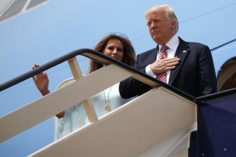 Donald Trump y Melania en las escaleras del Air Force One