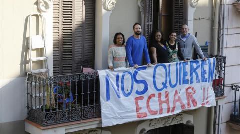 Vecinos en un balcón de la calle Leiva en Barcelona