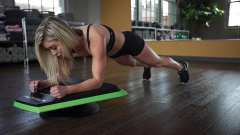 Una mujer haciendo ejercicios en un gimnasio