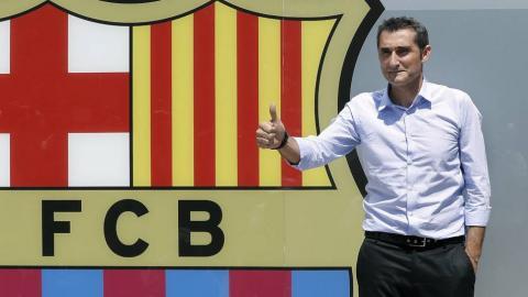 Ernesto Valverde con el escudo del FC Barcelona
