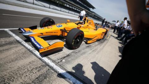 Fernando Alonso en su coche en la 500 millas de Insianápolis