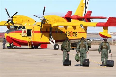 Un hidroavión de incendios forestales y unos militares