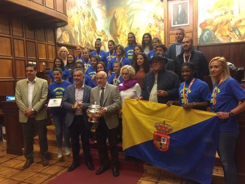 Jugadoras del Rocasa Gran Canaria en el Cabildo de Gran Canaria