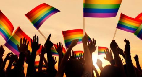Personas con banderas LGTB