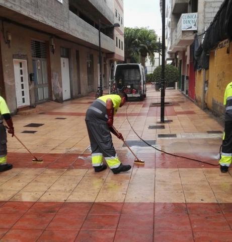 Operarios de limpieza en las calles de Arona