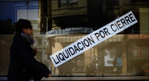 Cartel en un escaparate de liquidación por cierre