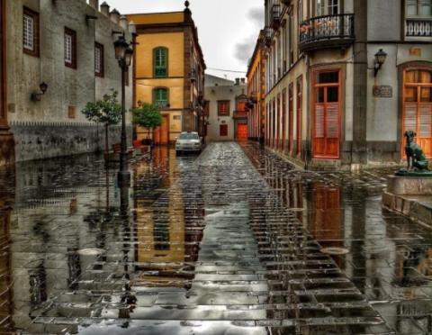Piso mojado tras la lluvia en Las Palmas de Gran Canaria
