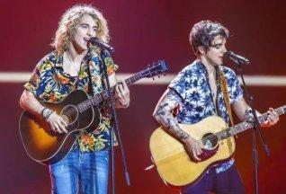 Manel Navarro cantando con su guitarra en el ensayo de Eurovisión