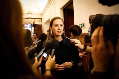 Melisa Rodríguez rodeada de periodistas