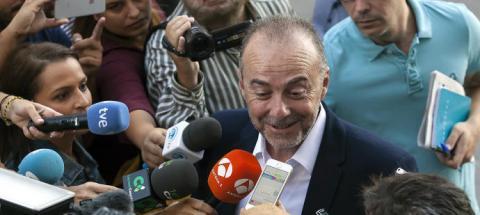 Miguel Zerolo rodeado de periodistas