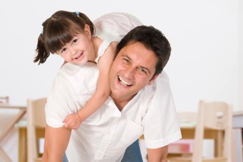 Una niña con su padre