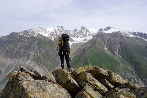 Un hombre en la cima de una montaña